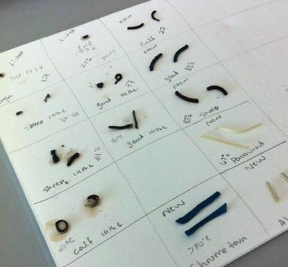 Photographie en couleur montrant un morceau de papier divisé en carrés avec des échantillons de cuir dans chaque carré. Chaque carré montre les échantillons avant et après le test.