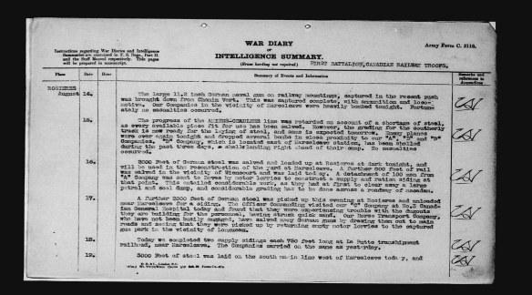 Reproduction en noir et blanc d'une page dactylographiée où l'on peut lire une inscription datée du 14 août 1918 : « Le gros canon naval allemand de 11,5 pouces sur rails, capturé durant la récente attaque, a été transporté depuis le Chemin Vert. Il a été capturé en entier, avec les munitions et la locomotive. […]