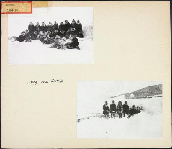 Deux photos en noir et blanc apposées sur une page d'album, illustrant chacune un groupe de la Police à cheval du Nord-Ouest, dehors, dans la neige.