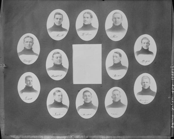 Photographie en noir et blanc de portraits en médaillon de 12 hommes disposés au centre, autour d'un encadré blanc.