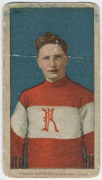 Reproduction en couleur d'une photographie colorisée d'un jeune homme vêtu d'un gilet rouge et blanc arborant, bien en vue au milieu de la poitrine, un « R » rouge.