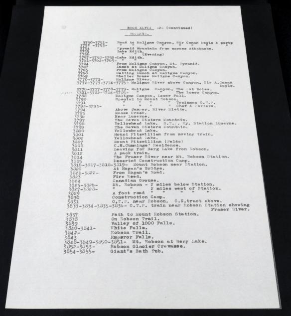 Photographie d'une liste dactylographiée de numéros de photographies et de noms de lieux situés le long du Grand Trunk Railway.