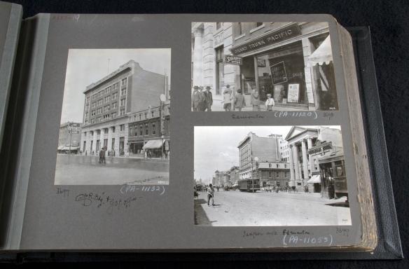 Photographie d'un album photos, montrant trois photographies en noir et blanc d'une ville.