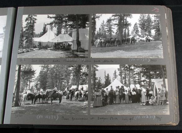Photographie d'un album photos, montrant quatre photographies en noir et blanc de groupes de personnes avec des chevaux et des tentes.