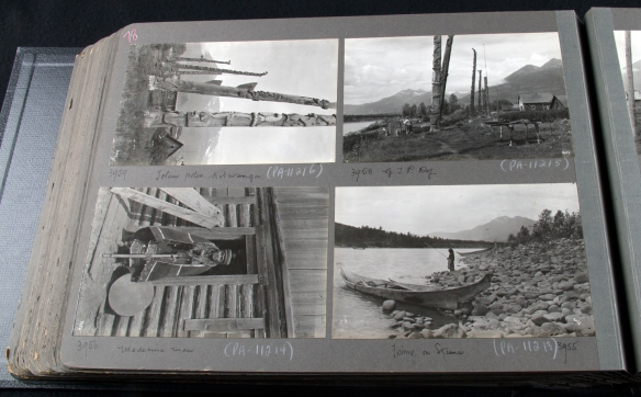 Photographie d'un album, montrant quatre photographies en noir et blanc de divers paysages en Colombie-Britannique, dont des totems à Kitwanga, une vue du village, un guérisseur non identifié et un pêcheur près d'un cours d'eau.