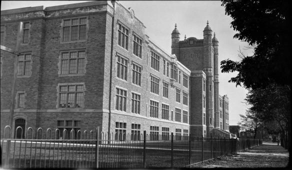 Photo en noir et blanc montrant un grand bâtiment photographié de côté.