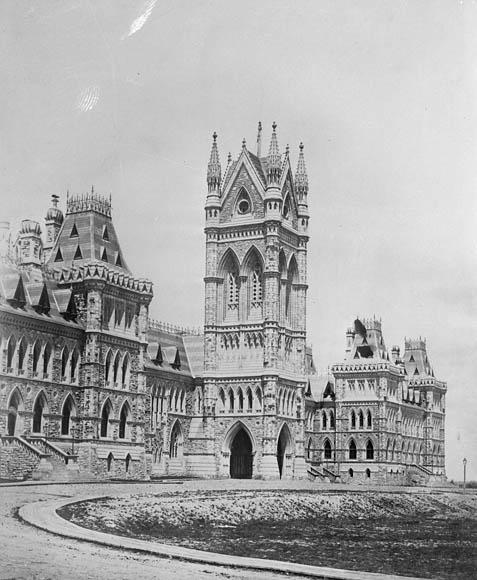 Photo noir et blanc du premier édifice du Centre sur la Colline du Parlement