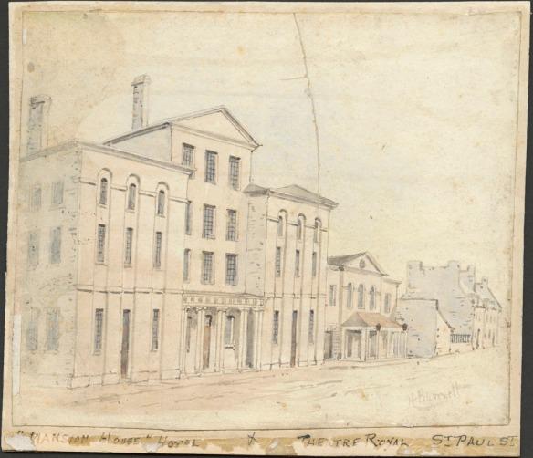 Cette aquarelle d'une scène de rue montre un édifice de quatre étages de style néo-classique. Au loin, on voit des édifices plus modestes.