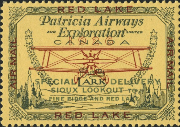 Un timbre-poste-avion illustrant un biplan monomoteur survolant un lac et des forêts. On peut lire : « Patricia Airways and Exploration Limited, Canada. Lark. Special delivery: Sioux Lookout to Pine Ridge and Red Lake ». (Lark étant le modèle de l'avion représenté. Livraison par exprès : de Sioux Lookout à Pine Ridge et à Red Lake.) Le timbre-poste est jaune, l'avion est de couleur rouille et les arbres, le lac et le contour sont verts.