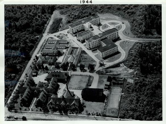Vue aérienne en noir et blanc du complexe.