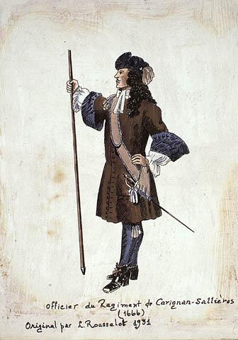 Une esquisse réalisée à la plume et aquarelle montrant un officier du régiment de Carignan-Salières de profil. Il tient une lance dans sa main droite et porte une épée dans son fourreau à la hanche gauche.