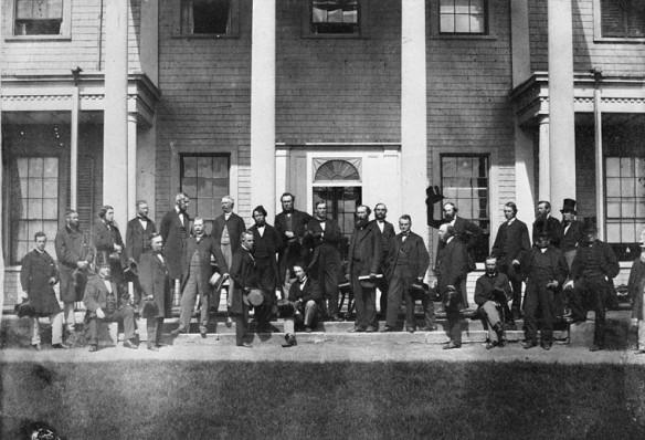 Photo noir et blanc démontrant les délégués devant l'édifice parlementaire de Charlottetown.