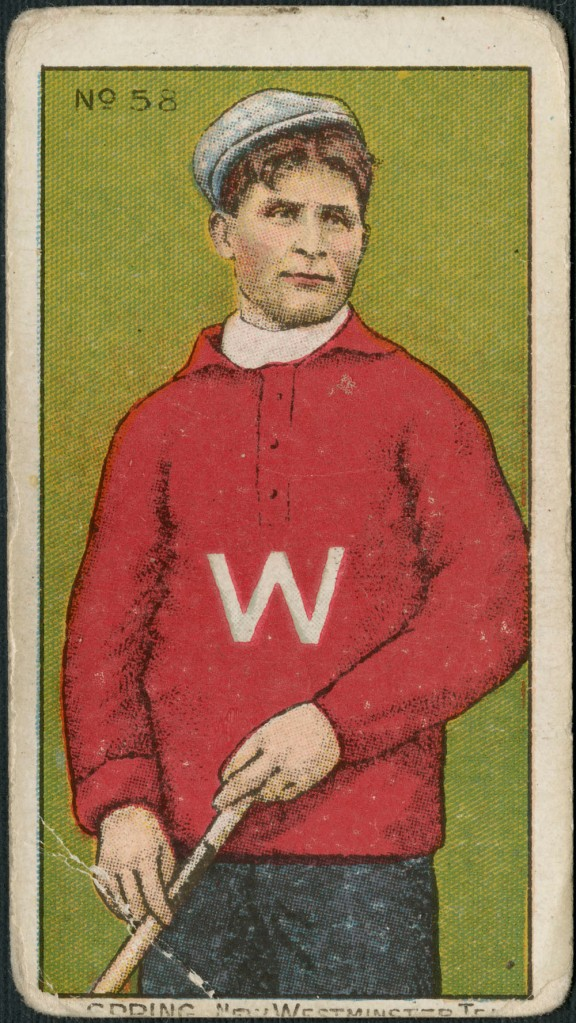Carte à collectionner arborant l'imprimé polychrome d'un homme vêtu d'un chandail rouge sur lequel apparaît, en blanc, la lettre « W » et d'une casquette blanche. Il tient un bâton de crosse. Légende de la carte : « G. Spring. New Westminster Team » (G. Spring. Équipe de New Westminster).