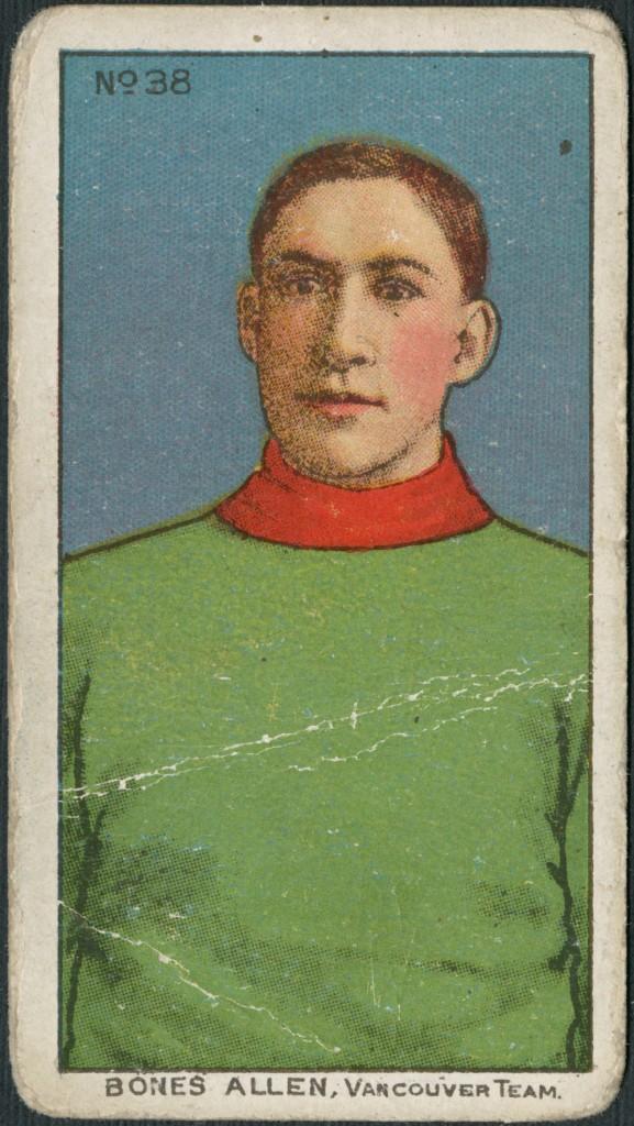 Carte à collectionner arborant l'imprimé polychrome d'un homme vêtu d'un chandail vert uni à col rouge. Légende de la carte : « Bones Allen, Vancouver Team » (Bones Allen, équipe de Vancouver).