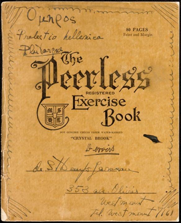 Image en couleur d'un cahier d'exercices dont la page de couverture lit : « The Peerless Registered Exercise Book ». Des annotations et des inscriptions en grec y sont écrites à la main.