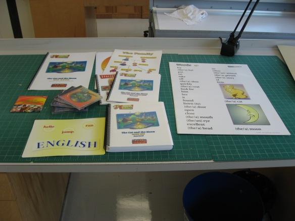 Photographie couleur du contenu d'une trousse multimédia éparpillé sur une table de travail.
