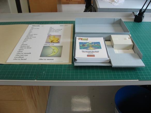 Photographie couleur d'une chemise sur mesure pour une affiche et d'un boîtier sur mesure.