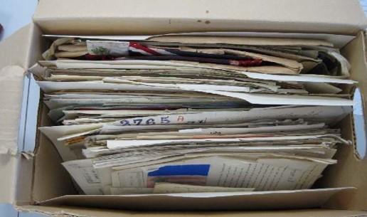 Un contenant ouvert dans lequel se trouvent des documents textuels prêts à être évalués