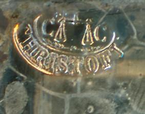 Gros plan d'une marque de plaque complète du fabricant français de daguerréotypes CHRISTOFLE.