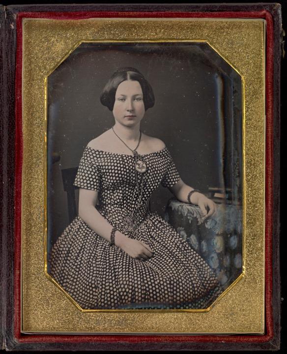 Photographie en couleur dans le cadre montrant le même daguerréotype, avec un nouveau verre borosilicaté. L'image est beaucoup plus nette.
