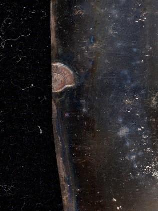 Gros plan des marques de plaque trouvées sur le portrait intitulé Les trois dames de Saint-Ours.