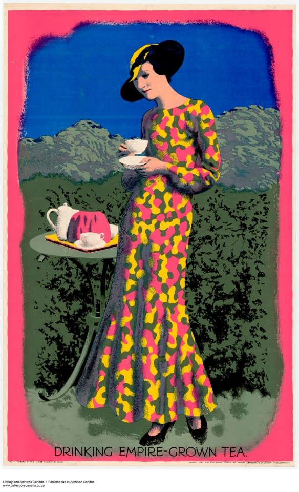 Affiche en couleur d'une femme portant une longue robe et tenant une tasse de thé à la main, debout à côté d'un plateau de thé posé sur une table. Le titre est : Boire du thé cultivé dans l'Empire.
