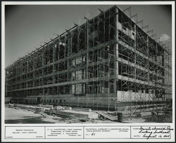 Photographie en noir et blanc d'un édifice complètement entouré d'échafaudages.
