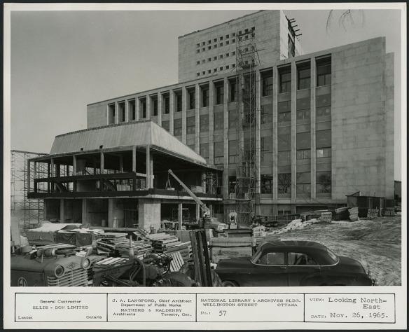 Photographie en noir et blanc d'un édifice en construction.