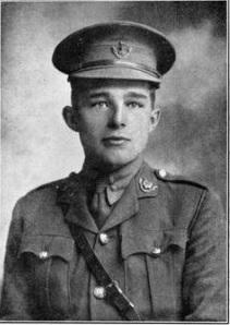 Photographie en noir et blanc d'un jeune homme portant une casquette et un uniforme, le regard projeté derrière le photographe.