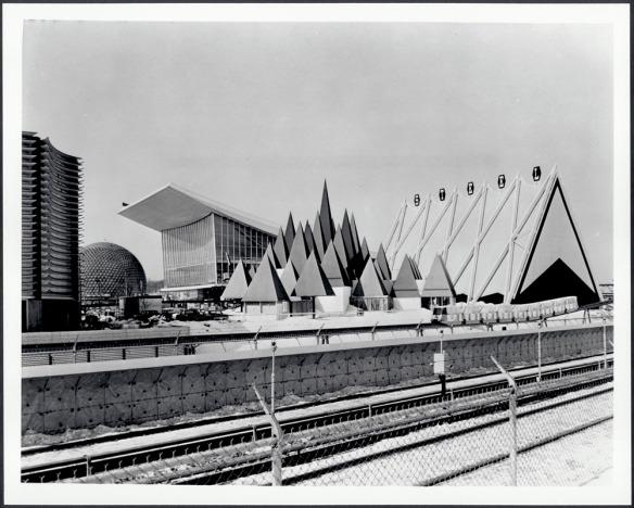 Photographie noir et blanc montrant plusieurs édifices d'architecture moderne.