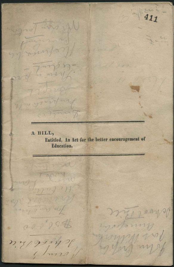 Image d'un vieux document relié par une corde du côté gauche. Au centre de la page, il y a un titre dactylographié « A bill, Entitled, An Act for the better encouragement of Education » (« Un projet de loi, intitulé, une loi pour encourager davantage l'éducation ») et la page est couverte de notes manuscrites.