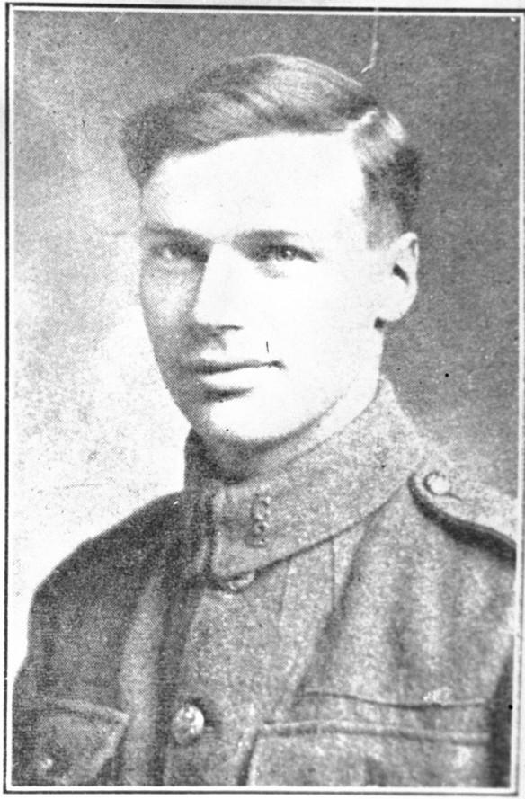 Une coupure de journal en noir et blanc représentant une photographie d'un jeune homme en uniforme.