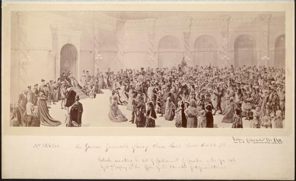 Photographie jaune et brune sur papier albuminé. Un grand et large encadré de la foule. Lord et lady Dufferin sont assis à gauche, face à la salle.