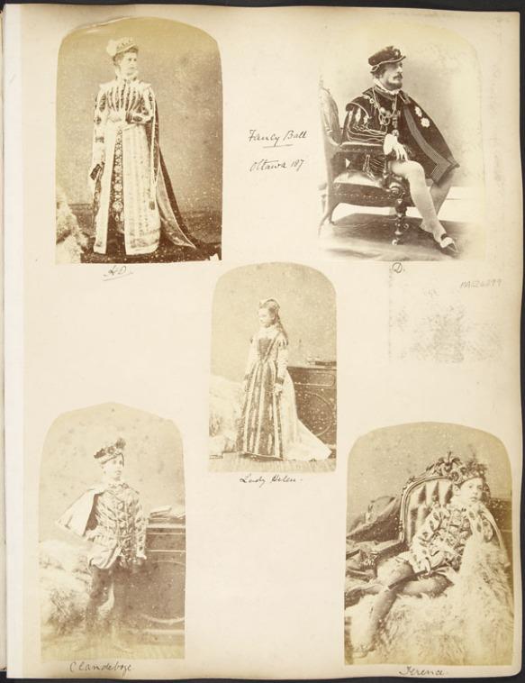 Photographie multiple jaune et brune. Cinq personnes — lord et lady Dufferin et trois de leurs enfants — apparaissent ici, chacune figurant sur une photographie distincte. Sur ces portraits, elles sont soit assises soit debout, vêtues de costumes correspondant à l'époque du roi James V d'Écosse.