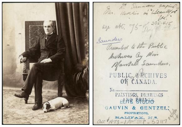 Photographie en noir et blanc d'un homme d'âge moyen assis sur une chaise ornementée avec un petit chien, possiblement un Jack Russell terrier, couché à ses pieds. L'homme porte un complet noir. Du côté droit du portrait, on peut voir des draperies sombres et une plante en pot. Au verso de la photographie se trouve une estampe du studio Gauvin & Gentzel.