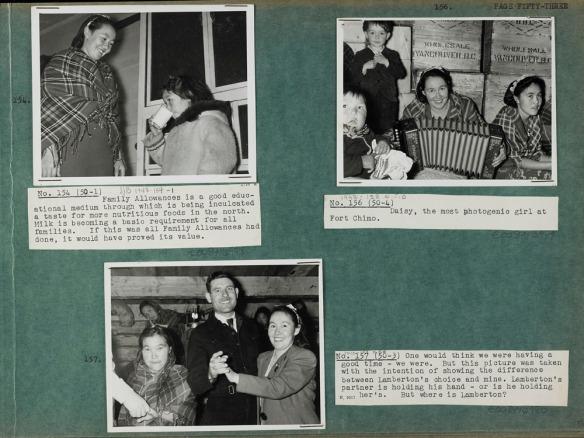 Photo d'une page verte sur laquelle sont collées trois photos noir et blanc (no 154, 156, et 157) ainsi que des légendes dactylographiées sur du papier blanc. La photo en haut à gauche montre une femme inuite vêtue d'une robe unie et d'un châle à carreaux, debout sur une galerie avec une petite fille dans une parka qui boit un verre de lait. La photo dans le coin supérieur droit montre deux femmes inuites vêtues de châles à carreaux et de bandeaux, assises devant des caisses de bois. Une d'entre elles tient un accordéon. Un bébé est assis à l'avant-plan, à gauche, et un petit garçon en tenue est debout à côté de la joueuse d'accordéon. La photo du bas représente une femme vêtue d'une veste et d'un bandeau, dansant avec un homme en habit; la femme à gauche tient la main d'un homme dont on ne voit que l'avant-bras. Trois femmes situées de part et d'autre d'une lampe à l'huile sont visibles à l'arrière-plan.