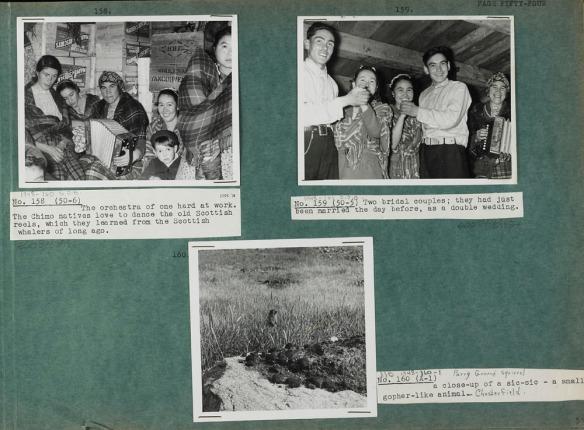 Photo d'une page verte sur laquelle sont collées trois photos noir et blanc (no 158 à 160) et des légendes sur du papier blanc. La photo en haut à gauche montre des femmes et des enfants assis devant des caisses de bois portant la mention « Marven's Biscuits », et une autre, l'inscription « H.B.C. Wholesale Vancouver ». La photo en haut à droite montre deux couples dansant pendant qu'une femme joue de l'accordéon. Sur la photo du bas, un spermophile arctique (un écureuil vivant sur le sol) est debout dans un champ d'herbes avec un rocher à l'avant plan.