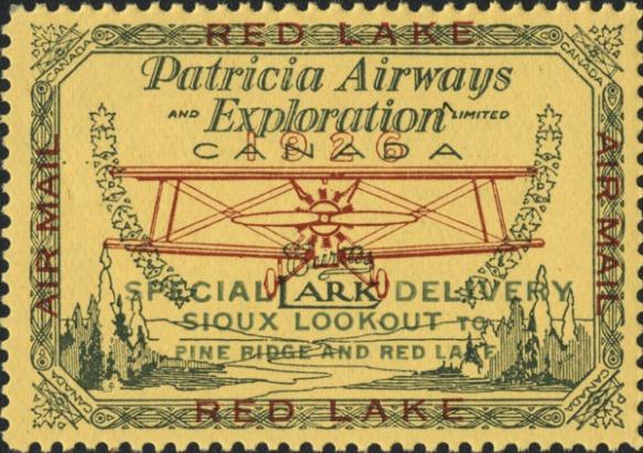Un timbre-poste jaune, vert et rouge montrant une vue de face d'un avion Curtiss Lark survolant des arbres et de l'eau. Les mots « Patricia Airways and Exploration Limited » apparaissent au-dessus de l'avion et « Special Delivery, Sioux Lookout to Pine Ridge and Red Lake » en dessous. Le timbre est orné d'une bordure lignée avec une feuille d'érable à chaque coin, accompagnée du mot « Canada ». Les mots « Airmail » et « Red Lake » sont inscrits sur les quatre côtés du timbre.