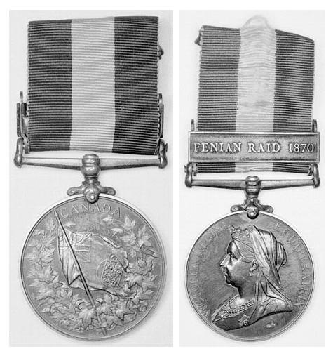Deux photographies en noir et blanc des deux côtés de la médaille. Sur un des côtés, on voit un drapeau entouré de feuilles d'érable et, sur l'autre côté, on voit une femme portant une couronne.