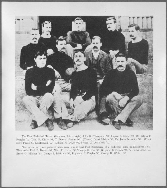 Une photographie en noir et blanc avec une liste de tous les joueurs sur celle-ci, liste qui comprend aussi les joueurs absents de la photo qui faisaient partie de la première équipe.