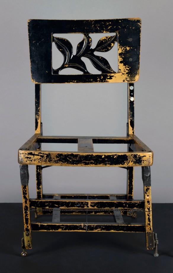 Photographie en couleur montrant une chaise en bois très usée