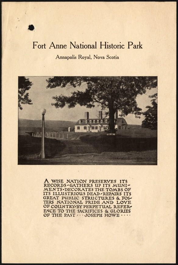 La page frontispice de ce dépliant du lieu historique national du Fort-Anne montre une photo du parc sur laquelle figure la maison du gardien derrière un arbre. On voit au loin les murs du fort. Une citation de Joseph Howe est inscrite sous la photo.