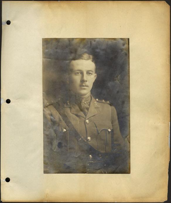 Photographie en noir et blanc jaunie d'un officier en uniforme.