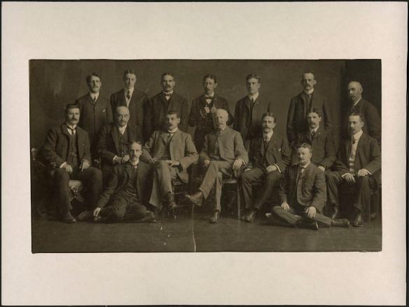 Photographie noir et blanc montrant les dirigeants de la Montreal Rolling Mills Co. à l'occasion d'une conférence tenue en 1904.