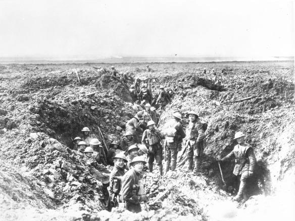 Photo noir et blanc d'un groupe de soldats creusant une tranchée pour consolider leur position.