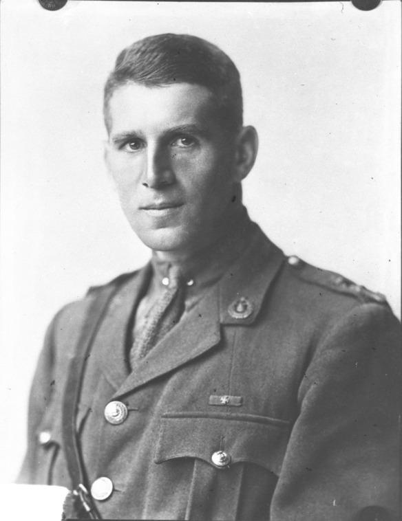 Portrait en noir et blanc d'un officier portant un ceinturon Sam Browne et regardant directement le viseur.