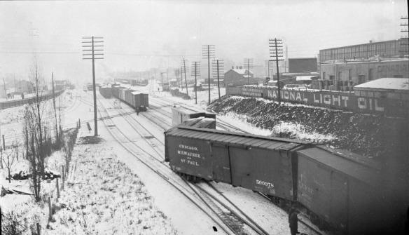 Une photo en noir et blanc montrant un déraillement dans la gare de triage.