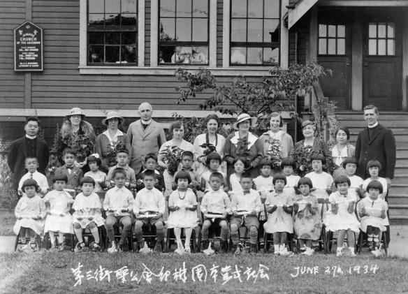 Photographie en noir et blanc d'une classe d'enfants du jardin de la petite enfance avec les enseignants dans le dernier rang.