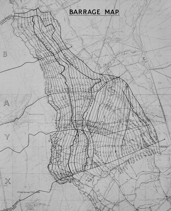 Une carte en noir et blanc montrant la zone autour de la crête de Vimy. La carte est couverte de lignes sinueuses, représentant le barrage d'artillerie roulant tandis que les différents objectifs de l'attaque (noir, rouge, bleu et brun) sont représentés par des lignes plus épaisses.