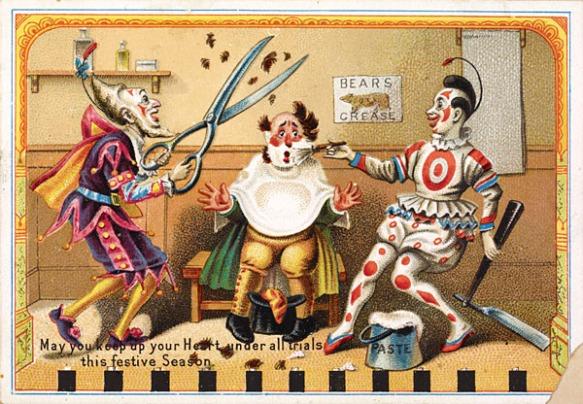 Une carte postale en couleur montrant un clown chez le barbier avec deux autres clowns qui lui coupent les cheveux et lui rasent la barbe.